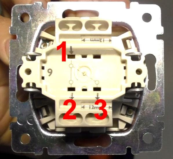 3 клеммы для подключения проводов на проходном выключателе
