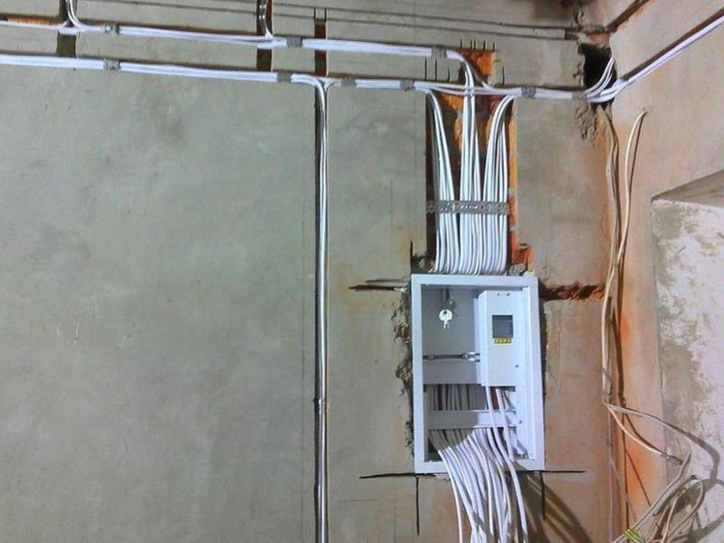 корпус электрощитка в бетонной стене