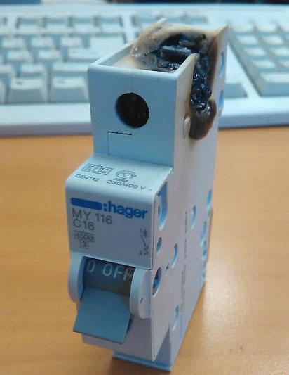 подгоревший контакт сверху автоматического выключателя