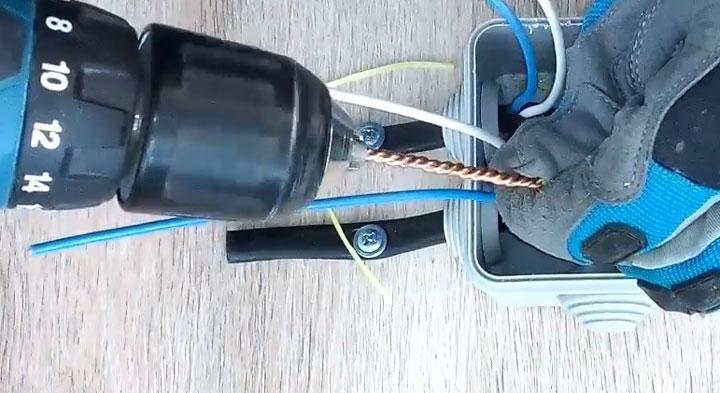 скрутка с помощью шуруповерта