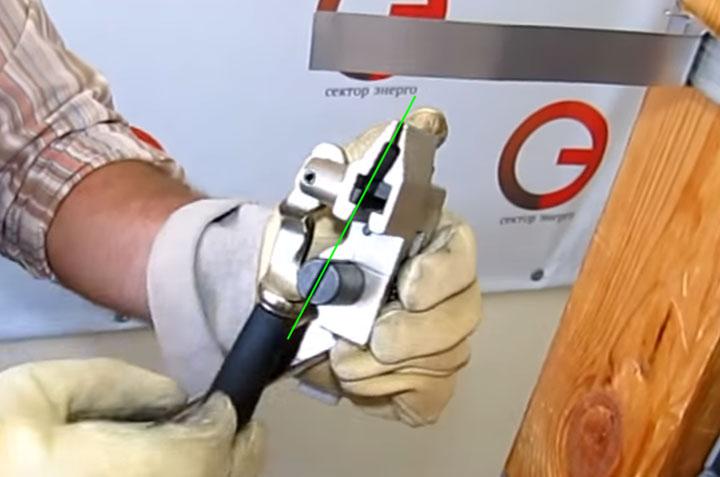 правильное положение бандажной машинки при натяжении стальной ленты