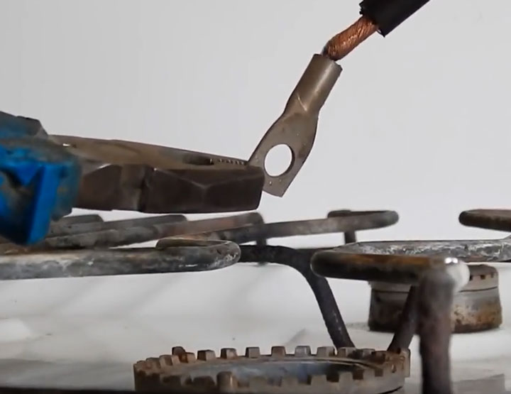 пайка наконечника и кабеля на газовой плите