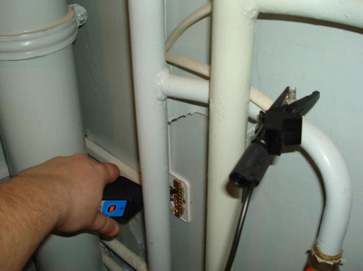 наброс подключение нулевого провода к батареи бьет током