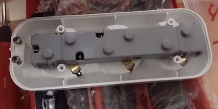 изолирующая колодка внутри удлинителя