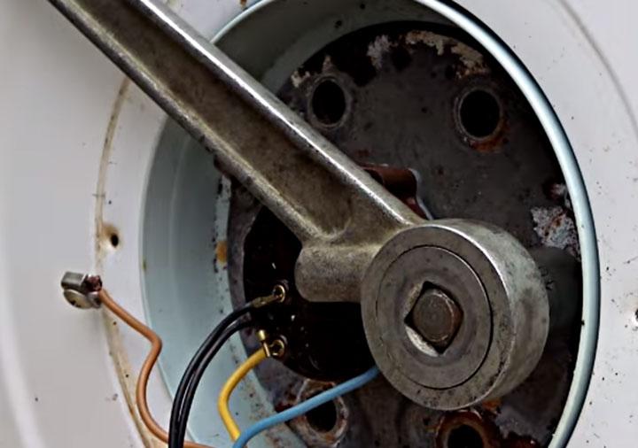 откручивание гаек крепления тэна водонагревателя