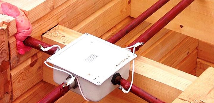 распредкоробка при монтаже проводки в деревянном доме