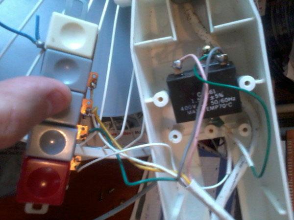 где находится пусковой конденсатор двигателя вентилятора