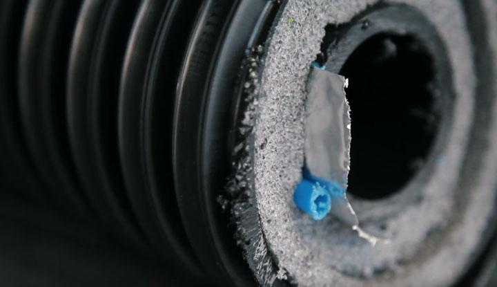 теплоизолированная труба с греющим кабелем внутри в разрезе