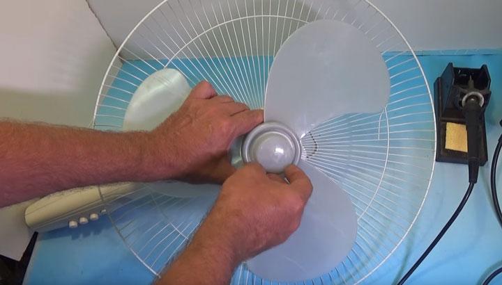 колпачок на передней части вентилятора откручивается по часовой стрелке