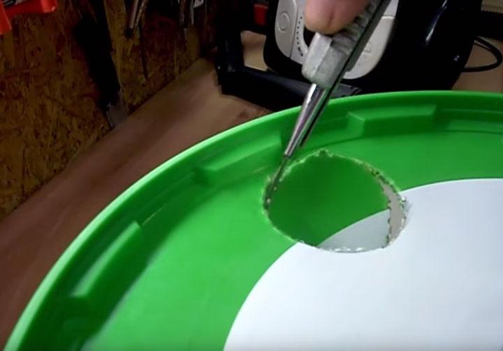 прорезание отверстия канцелярским ножом в ведре