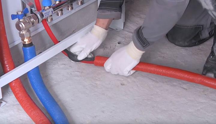 гофротруба или теплоизоляция перед выходом из стяжки для механической защиты