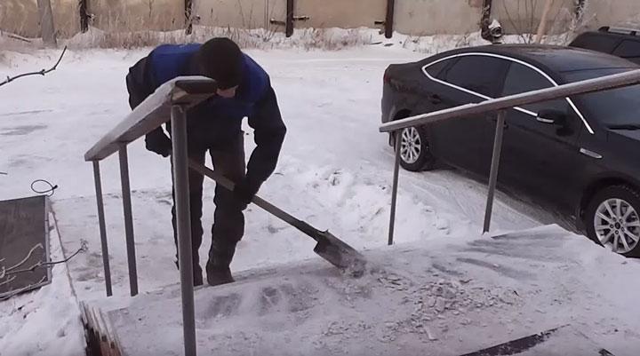 очистка от льда и снега ступенек и дорожек перед домом