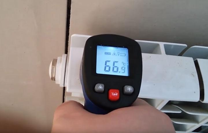 замер температуры нагрева батарей радиаторных с помощью пирометра