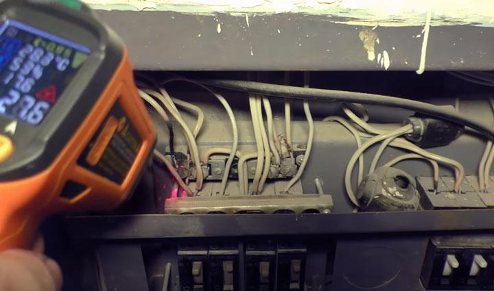 измерение температуры нагрева контактов пирометром в щитовой дома