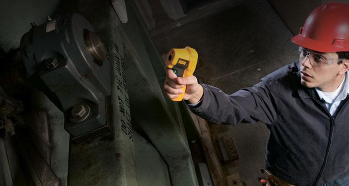 измерение температуры нагрева подшипника двигателя пирометром