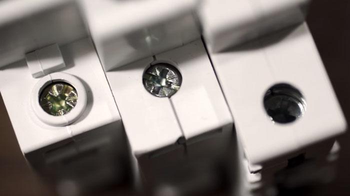 какой отверткой нужно затягивать контакты на автоматах модульных