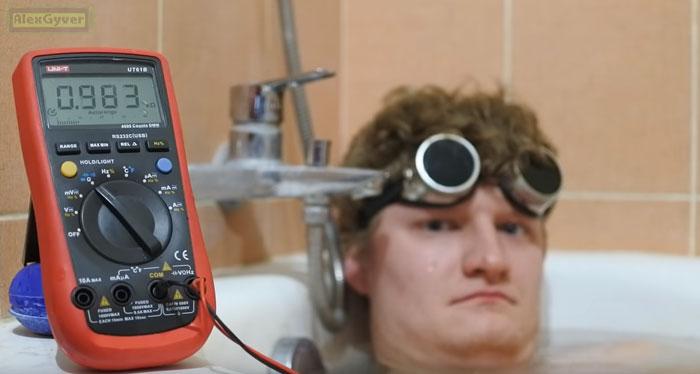 измерение тела человека в ванне с водой