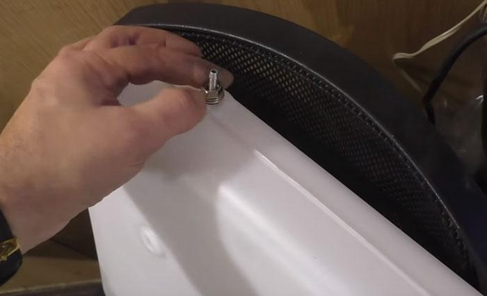 штуцер для отвода топлива в баке вебасты
