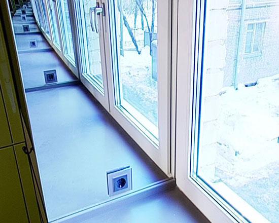размещение розетки в откосе окна
