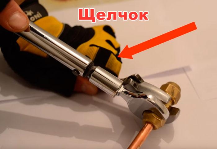 динамометрический ключ для затягивания гаек фреономагистрали