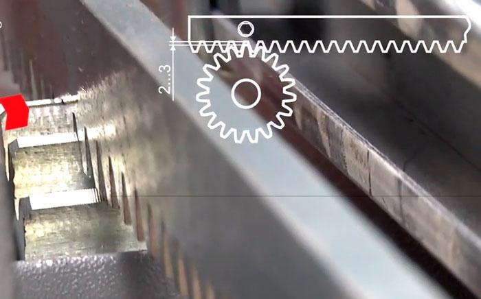 как выставить правильный зазор между зубчатой рейкой и шестерней привода