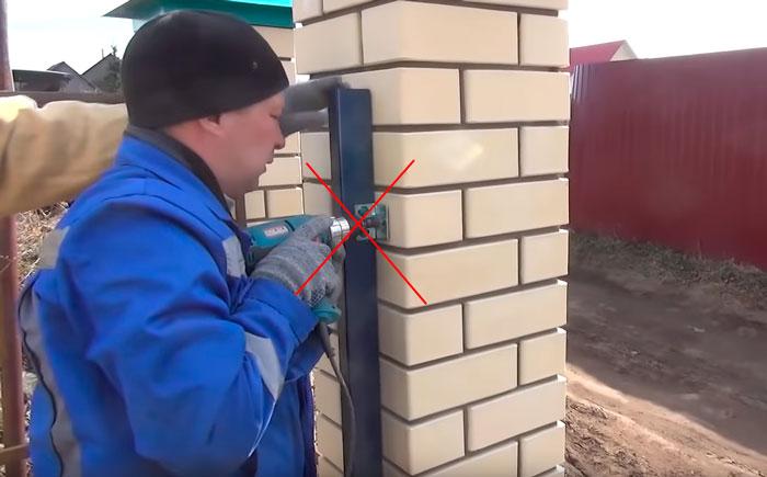 как крепить столбики нащельника к опорам ограждения ворот