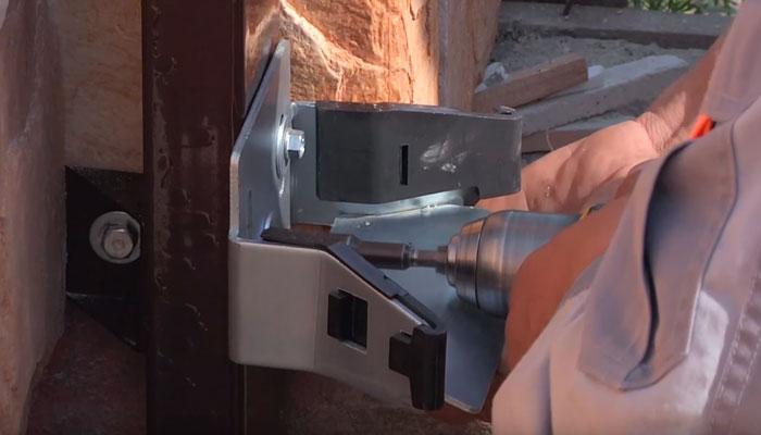 установка нижней ловушки на нащельник откатных ворот