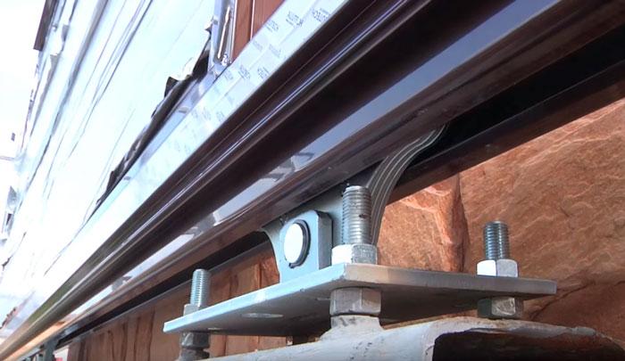 монтаж регулировочной площадки под опорные ролики откатных ворот