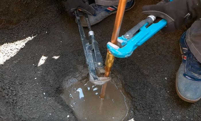 затягивание муфт при монтаже глубинного штыревого заземления