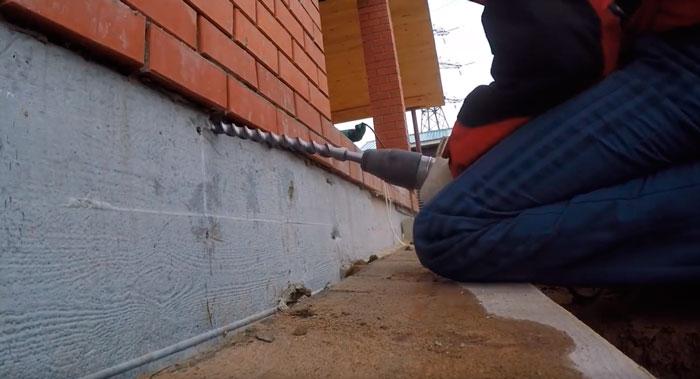 отверстие для захода кабеля в дом через фундамент из под земли