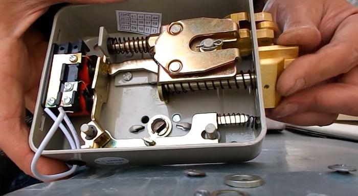 как развернуть язычок электромеханического замка