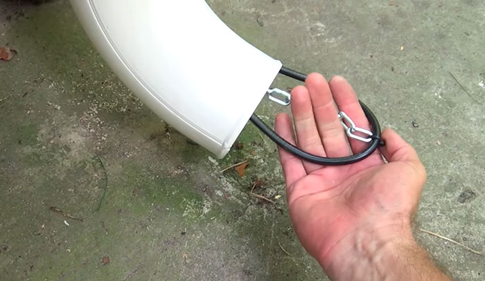 должен ли кабель торчать из трубы водостока