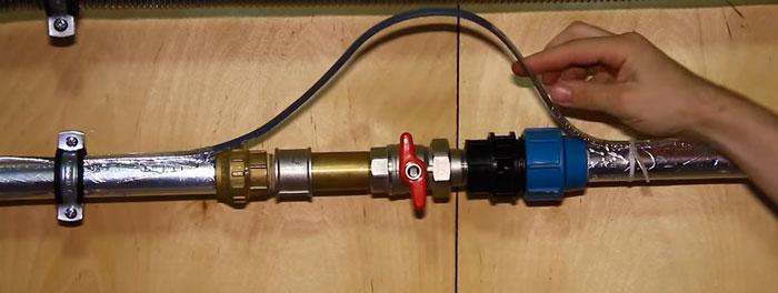 запас в виде петли для греющего кабеля в месте прохождения через вентиль