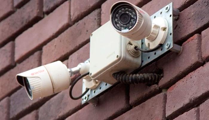 блок питания спрятанный в защитном боксе видеокамеры