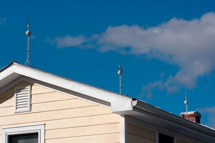 молниеотводы на крыше частного дома