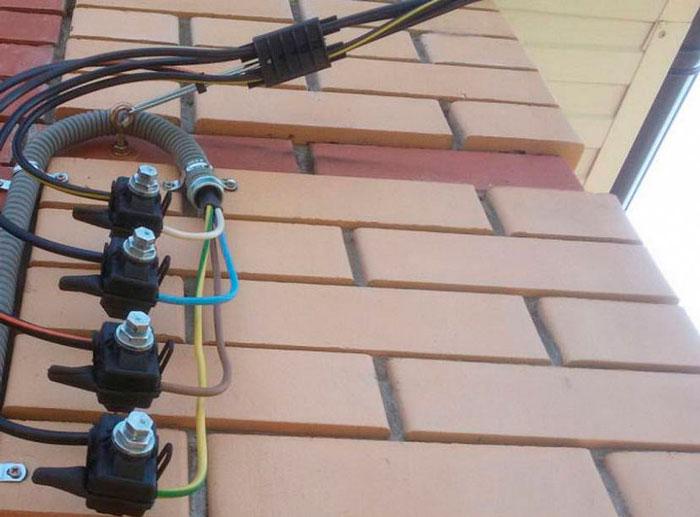 переход с сипа на кабель на фасаде дома