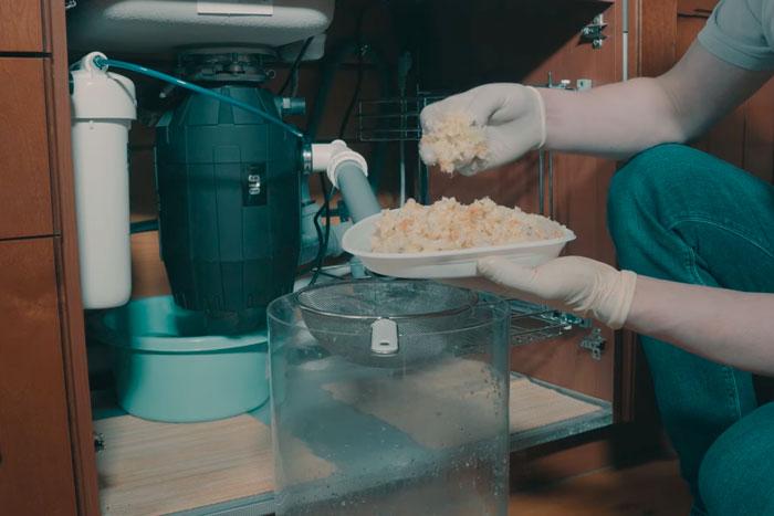 что получается на выходе из измельчителя пищевых отходов