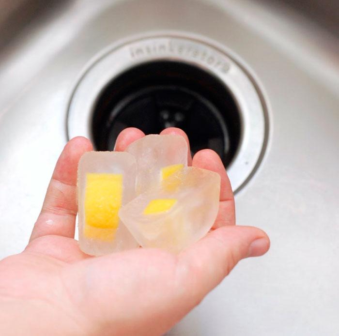 как промывать и чистить измельчитель пищевых отходов кубиками льда