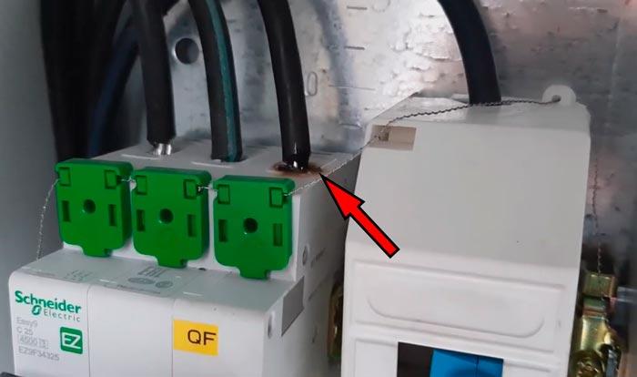 подгоревшие клеммы автомата не включается