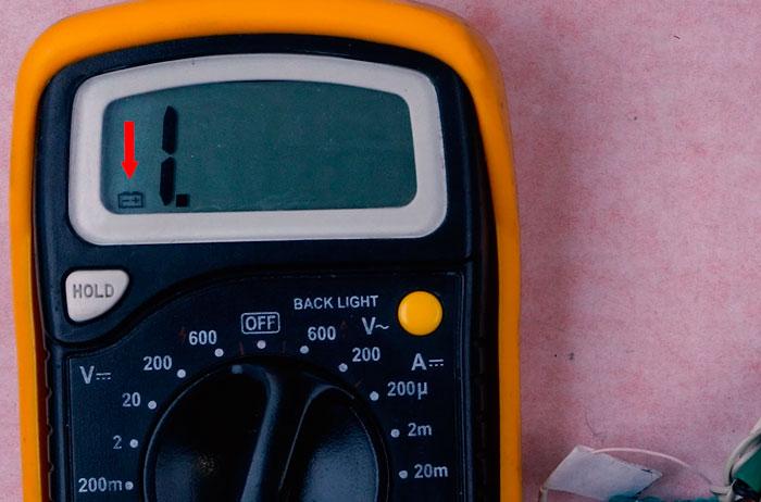 уровень заряда разряда батарейки внутри мультиметра