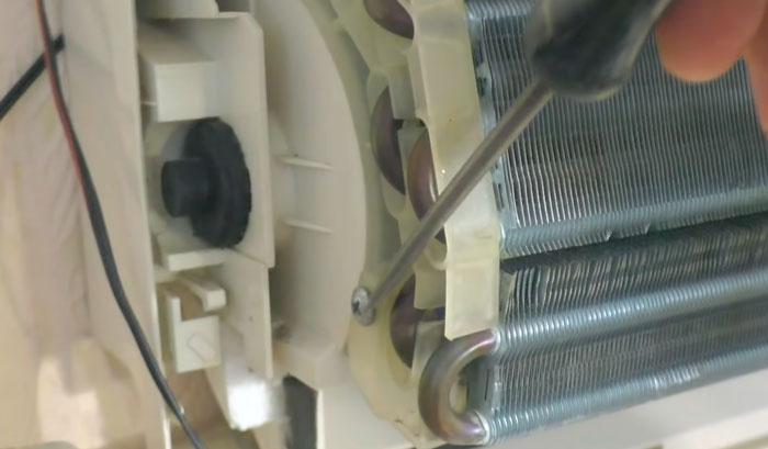 как открутить и снять испаритель радиатор с кондиционера