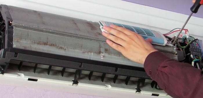 демонтаж ионизатора воздуха на радиаторе сплита