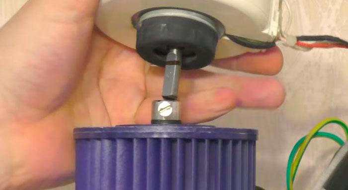 отметка для фиксирующего болта на валу вентилятора кондиционера